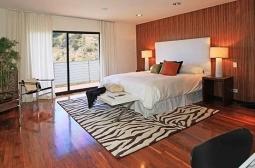 Neste outro quarto, o tapete dá uma ideia da decoração usada na próxima casa de Christina