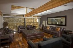 A sala íntima, antes de Christina mudar para a casa, com a mobília original.