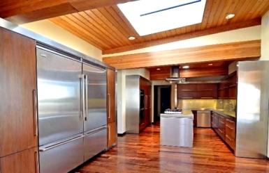 Esse outro ângulo da cozinha do piso superior mostra o nível profissional dos eletrodomésticos. A cozinha industrial foi um dos pontos de destaque para Christina vender a casa