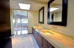 O lavabo de um dos banheiros é tão grande quanto o banheiro em si