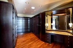 Um dos closets com mesa de maquiagem