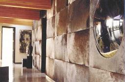 Obras de arte na parede dos fundos da sala da lareira