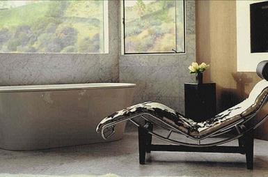 Antes de desocupar a casa, Christina tinha um divã próximo à banheira