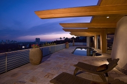 A área da Piscina, na varanda, completa a visão ampla que circula toda a casa