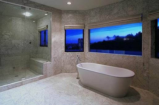 A vista era destaque no banheiro principal, todo acabado em mármore