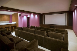 A sala de projeções e cinema tinha um bar e assentos para 18 pessoas