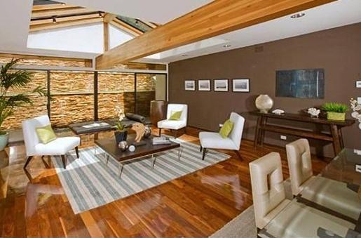 A sala íntima do piso de baixo mantém um ambiente familiar. Mobília de Christina.