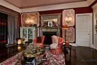 Na extremidade do quarto, mais uma lareira mantém o cômodo aquecido