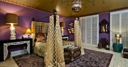 Este outro quarto de hóspedes tem estilo marroquino