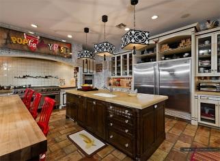 Na cozinha, eletrodomésticos profissionais contrastam com a decoração.