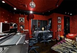 """A casa de hóspedes, localizada no fim do pátio, foi transformada no estúdio de gravações """"The Red Lips Room"""""""