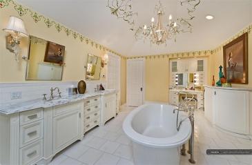 Neste outro banheiro, o lustre também é destaque