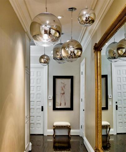 Nem mesmo o corredor escapou da luxuosa decoração excêntrica da casa