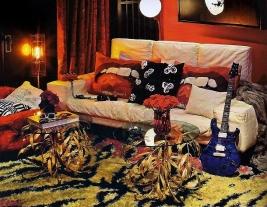 A guitarra que Christina usou na capa da Rolling Stone de 2002 decora o estar do Red Lips Room