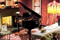 O piano da sala de home fica próximo a uma lareira