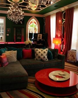 Os lustres e candelabros são destaque em todos os cômodos. No fundo do salão de jogos, um vitral.