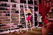 O closet também tem espaço para a coleção de sapatos de marca colecionados por Christina