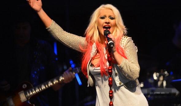 Christina cantando em performance especial de The Voice