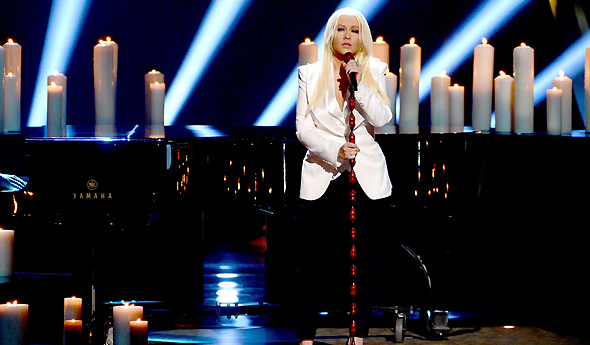 Christina em performance de Blank Page no People's Choice Awards