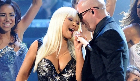 Christina e Pitbull cantam Feel This Moment