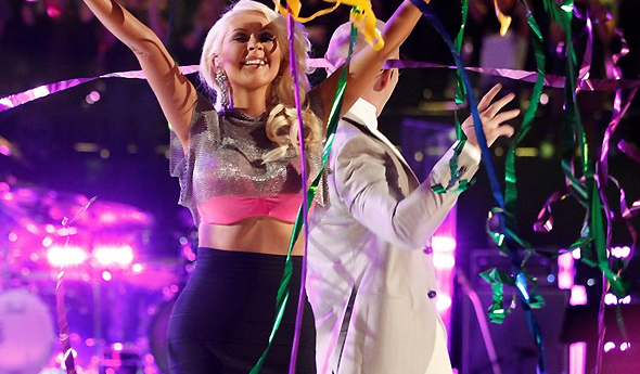 Christina em performance de Feel This Moment