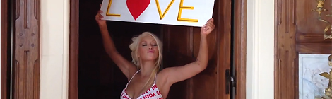 Christina no clipe Let There Be Love