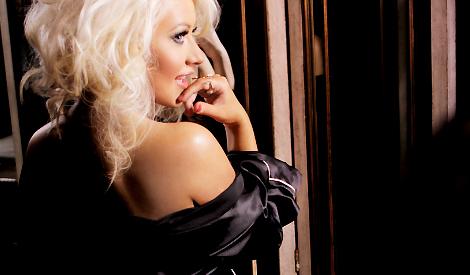 Christina em foto promocional da fragrância Unforgettable