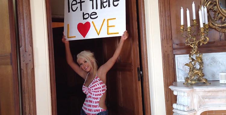 Christina no clipe de Let There Be Love