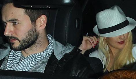 Christina e Matthew saem de restaurante