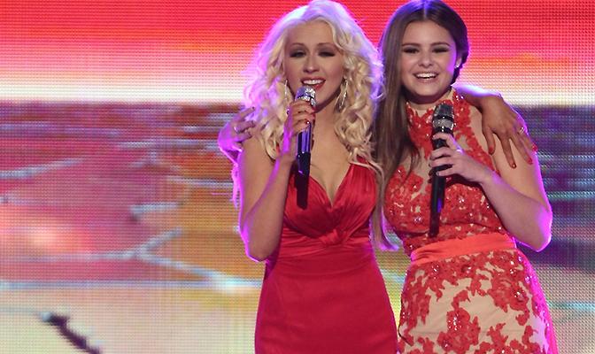 Apoio – Christina presenteia Jacquie Lee após apresentação
