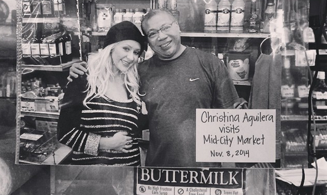 Foto – Christina visita loja e posa com proprietário