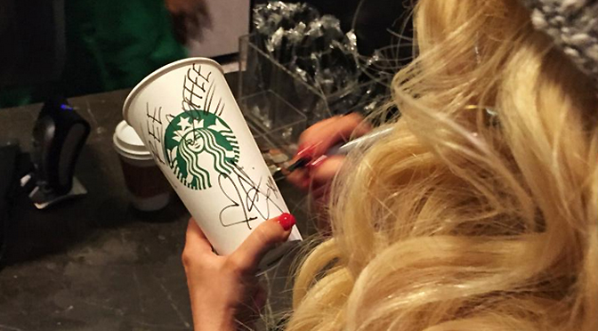 Autografando copo do Starbucks