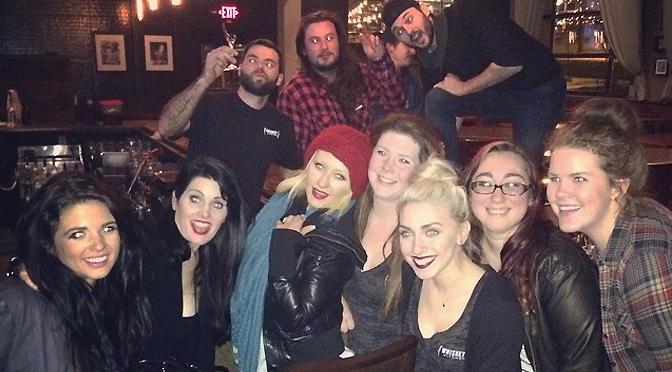Foto – Christina faz a alegria de fãs em jantar em Nashville