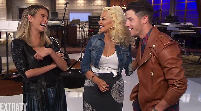 Vídeo – Christina e Nick Jonas conversam com o Extra