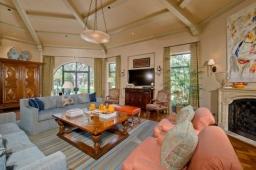 A casa aposta em cores claras e muito vidro para a área verde