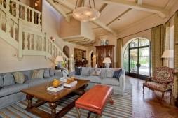 A escadaria da sala e o teto exposto são detalhes que valorizaram a propriedade