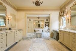 O banheiro da suíte não perde nada para os majestosos banheiros das casas anteriores de Christina