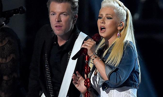 Foto – Compositora de Riot vai à loucura ao ver performance de Christina