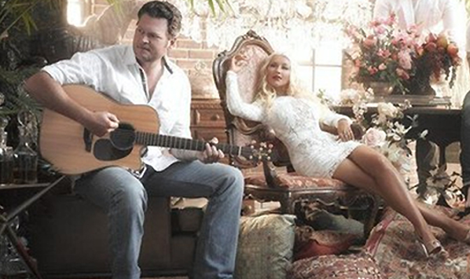 Christina e Blake Shelton em sessão promocional de The Voice